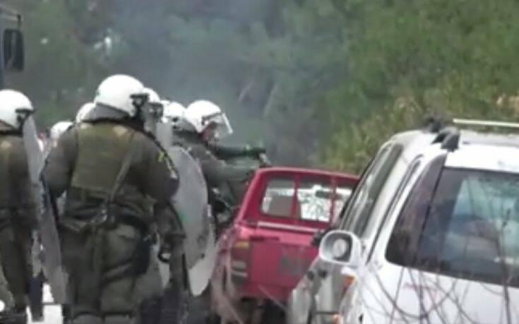 Τραμπούκοι των ΜΑΤ σπάνε αναίτια αγροτικό αυτοκίνητο στη Λέσβο