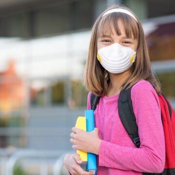 Κυβέρνηση – ΕΟΔΥ: «Η μάσκα ιδιαίτερα στα παιδιά είναι επικίνδυνη όταν…»